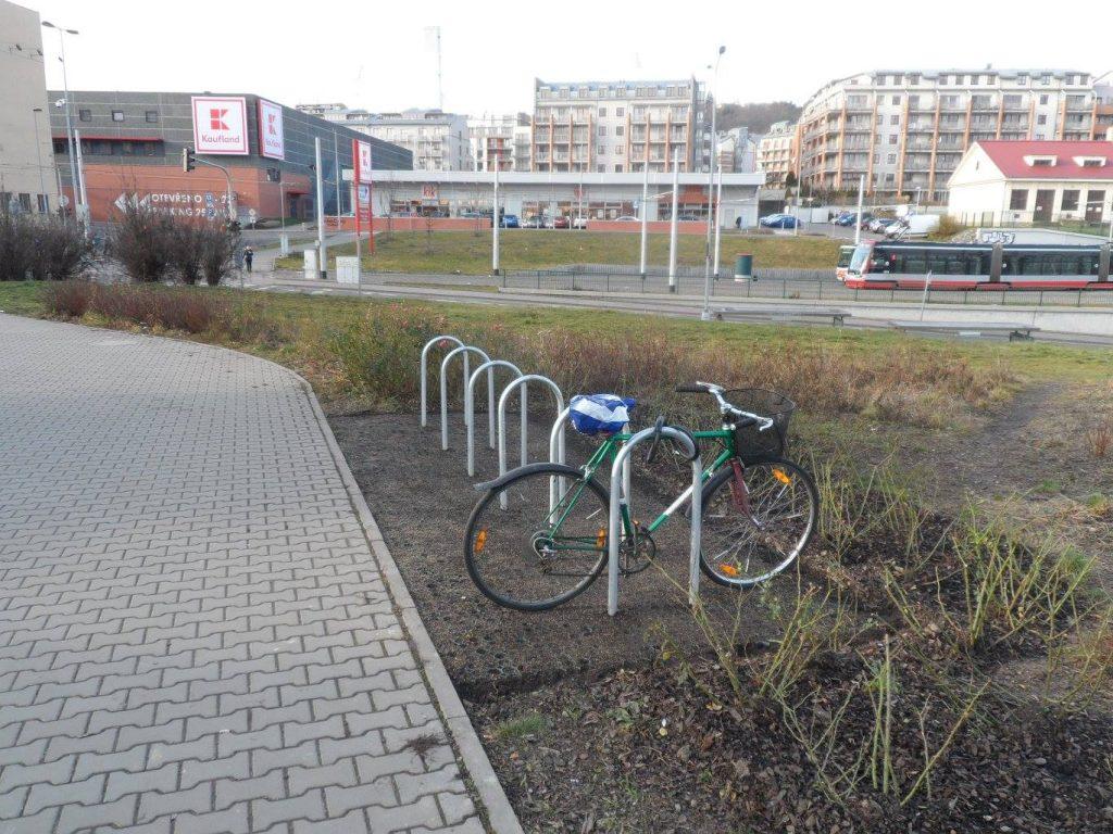 B + R Podbaba – parkování jízdních kol u stanice vlaku