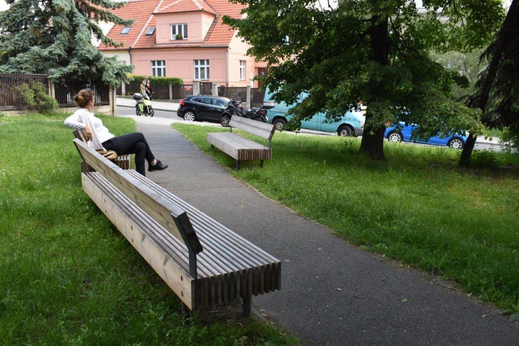 Náměstíčko u polikliniky Na Dlouhém Lánu (Cordeus): příjemné místo k čekání