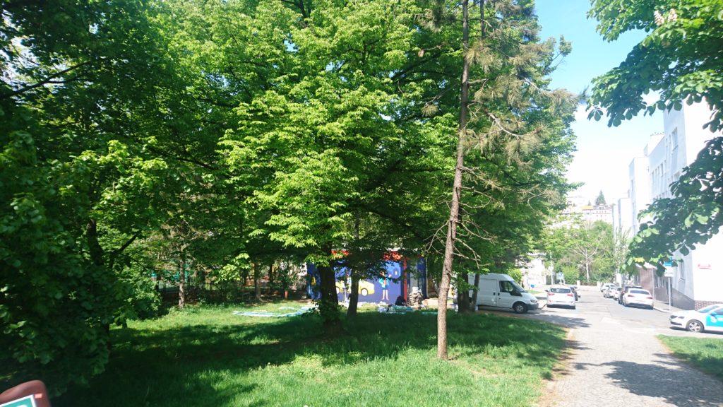 Odpočinkový parčík mezi ZŠ Pod Marjánkou, Duhovka a školkou Jílkova