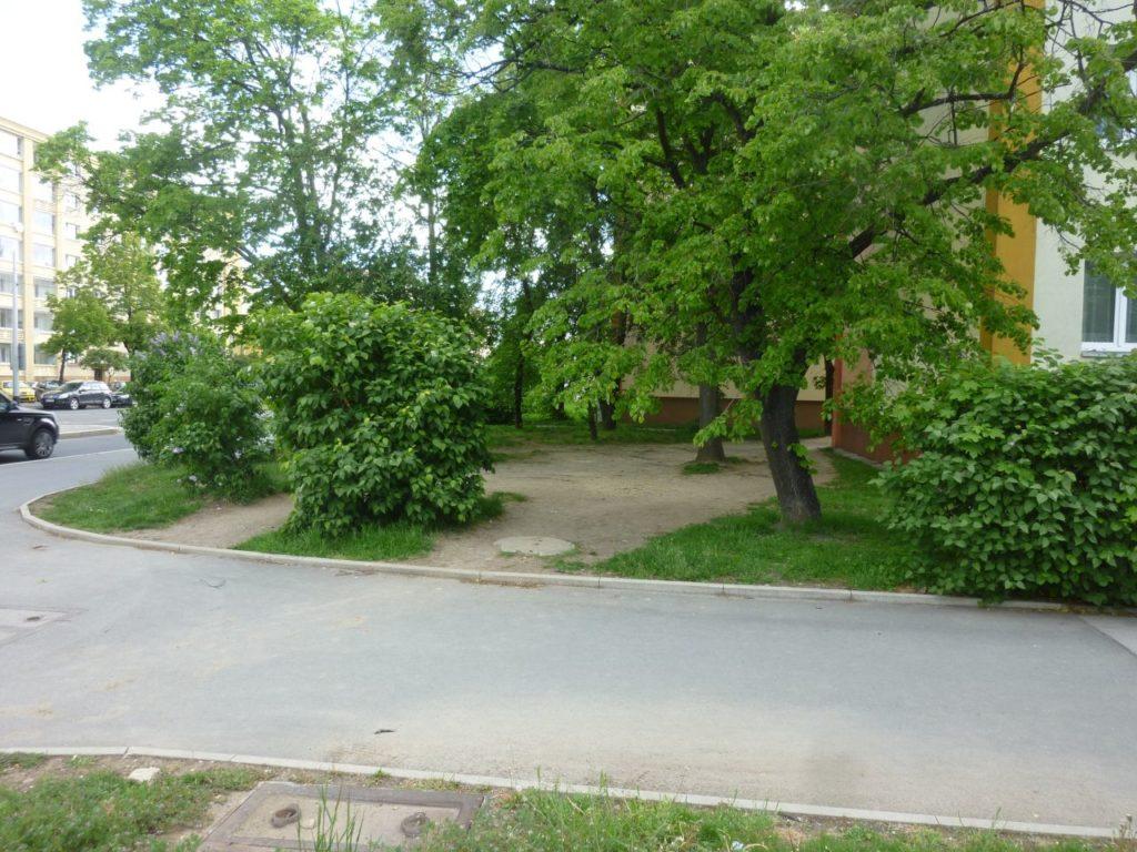 Likvidace vyšlapaných cestiček poškozujících zeleň