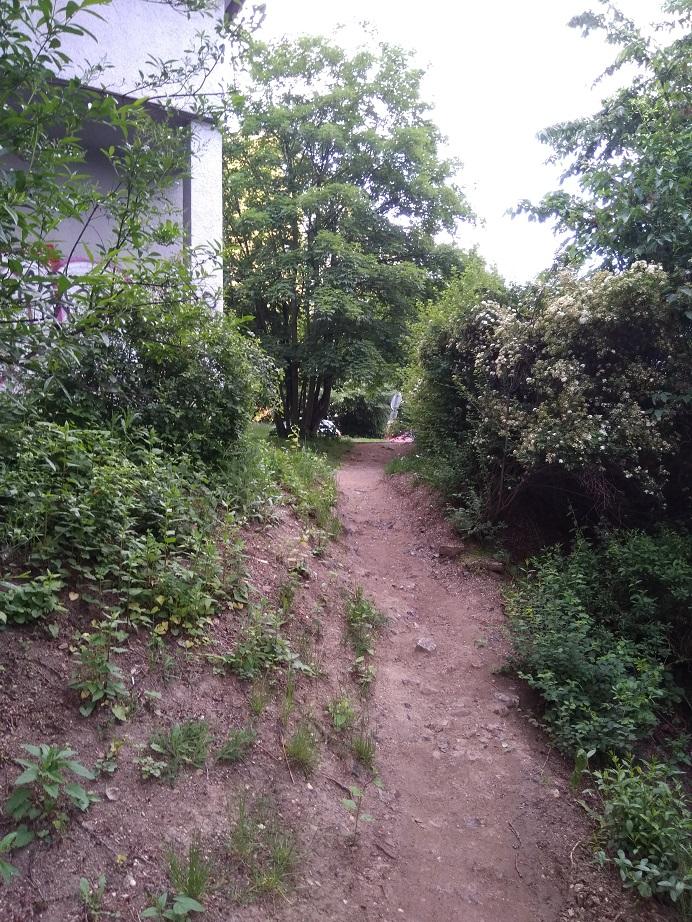 Průchod mezi ul. Africká a ul. Kladenská poblíž metra Bořislavka