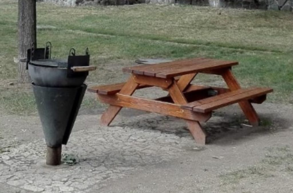 Grilovací / piknikové místo s bylinkovou zahrádkou na Dědině
