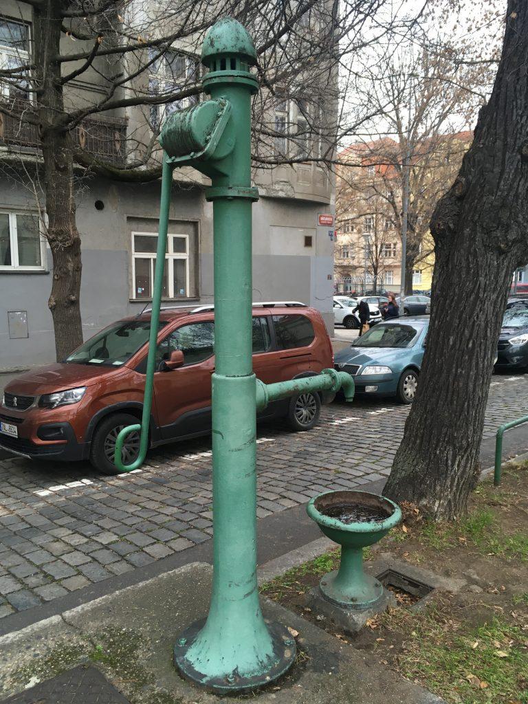 Revitalizace ruční pumpy u nádraží Praha - Dejvice